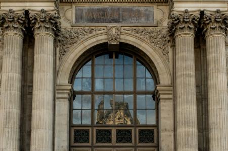 e-session portrait de Paris assis sur les escaliers menant à un immeuble ancien