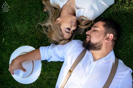 Volunteer Landing Park, Knoxville portrait sur place e-shoot - le couple est allongé sur l'herbe du parc, les yeux fermés, profitant de la brise de l'après-midi