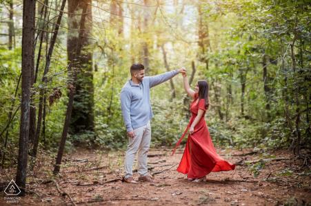 Prosser Pines, sesión electrónica de compromiso medioambiental de una pareja de baile en el bosque
