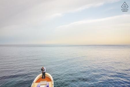 Portrait de Syracuse e-session du couple sur l'eau se tenant sur un bateau
