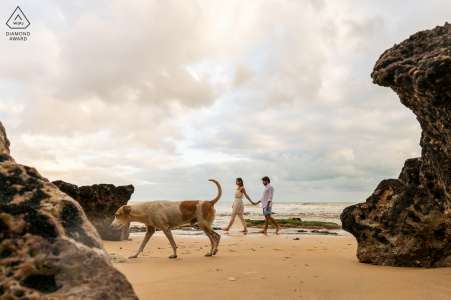Taíba portrait e-session - couple walking on beach with a dog