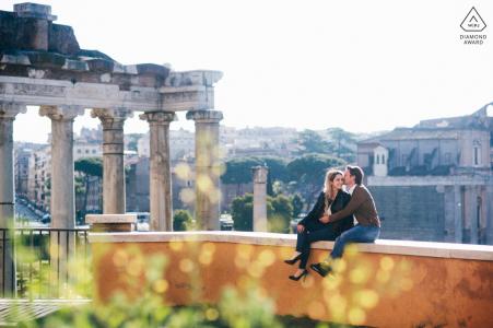 Área del Foro, Roma, retrato de una pareja en el lugar y la vista perfecta del Área del Foro