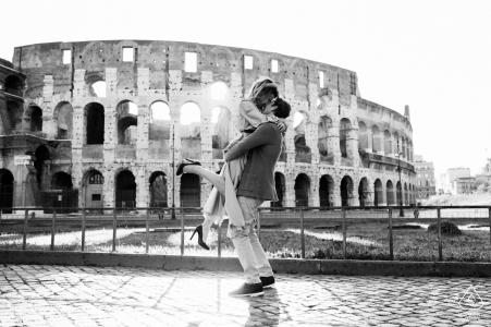 Colisée, Rome portrait e-session- un couple et le colisée