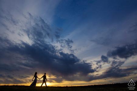 Séance électronique de portrait du parc Terwilliger d'un couple silhouetté sur le coucher du soleil d'une colline