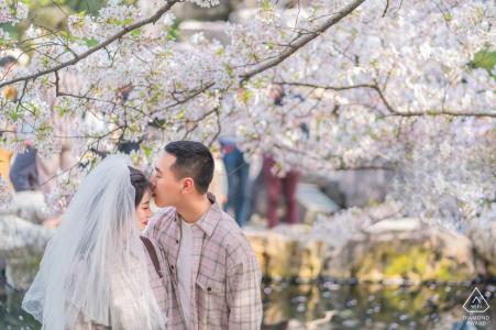 E-session d'engagement environnemental en Chine avec des arbres et des fleurs blanches