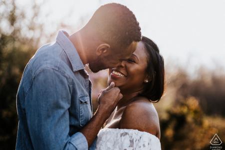 Nashville portrait sur place e-shoot d'un couple s'embrassant dans la grande lumière de l'après-midi
