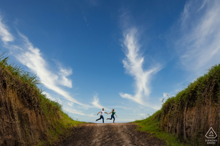 Sala de Eventos Pedregal, Belén portrait e-session of a fun couple running