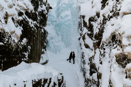 Abisko, Suède e-session d'engagement environnemental devant une cascade gelée