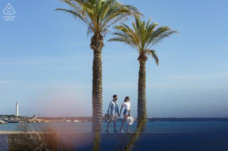 e-session portrait de la plage de San Vito Lo Capo pour un couple Balade en bord de mer devant deux palmiers