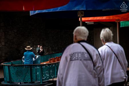 Riverwalk/San Antonio, TX Portrait-E-Shooting vor Ort, erstellt, als das Paar am Riverwalk als Touristenspaziergang spielt