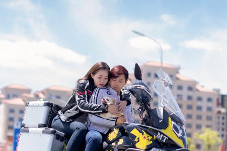 e-shoot de portrait sur place de la ville de Xining sur une moto au-dessus de la ville