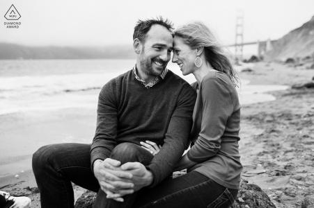 Prise de vue électronique de portraits sur place à San Francisco en noir et blanc montrant un regard amoureux entre les deux