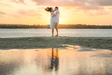 Maceió, e-session d'engagement environnemental d'Alagoas avec un homme et une femme souriant et dansant sur la plage