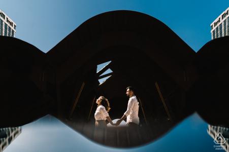 Sesión de fotos previa a la boda de amor verdadero en Nápoles de una pareja atrapada en reflejos azules y negros del amor del cielo