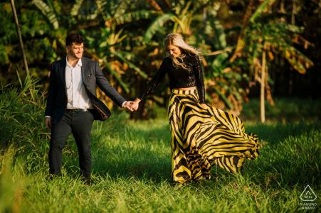 Séance photo de fiançailles True Love à Panama City montrant un couple marchant main dans la main dans la jungle