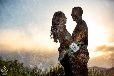 Servizio fotografico pre-matrimonio True Love in Golden, CO di una coppia e uno splendido anello di fidanzamento color smeraldo con la silhouette della coppia in una doppia esposizione creativa