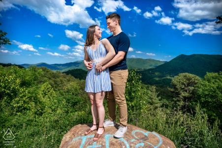 TN True Love Engagement Picture Session in Foothills Parkway zeigt ein Paar, das auf einem Felsen an einem der Parkways steht