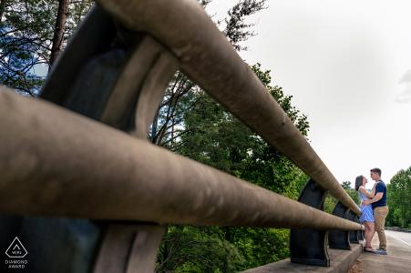 True Love Engagement Portrait Session à la Foothills Parkway dans le Tennessee montrant un couple debout à côté de l'un des ponts des promenades
