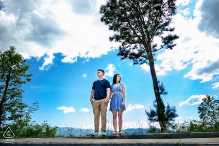 Séance de portrait avant le mariage True Love à Foothills Parkway dans le Tennessee capturant un couple se tenant la main en admirant le magnifique paysage de la promenade des contreforts