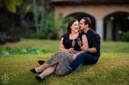 Séance de portraits avant le mariage True Love à la Lotus Hacienda à La Guácima de Alajuela capturant un couple s'amusant lors d'un toast