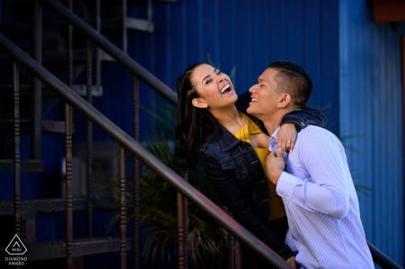 Séance photo True Love à l'hôtel Chalet Tirol à San Rafael de Heredia, Costa Rica montrant un couple en train de rire pendant leur séance de fiançailles
