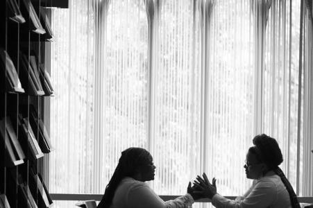 True Love Engagement Portrait Session dans Emory Library à Atlanta montrant un couple à table dans la bibliothèque de théologie où ils se sont rencontrés