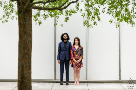 True Love Engagement Posed Portrait in High Museum of Art à Atlanta capturant un couple à côté du Museum Art