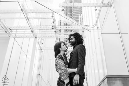 Séance photo avant le mariage True Love au High Museum of Art d'Atlanta d'un couple se regardant dans les yeux sous l'architecture