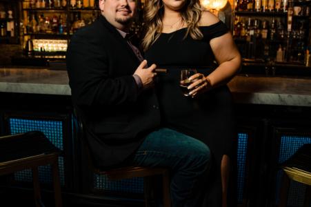 True Love pré-mariage Photoshoot au Sidecar New Braunfels d'un couple en tenue de soirée au bar