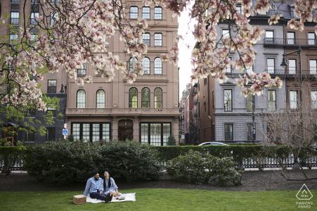 True Love Pre-Wedding Portrait Session au Boston Public Garden illustrant un couple MA profitant d'un déjeuner de couverture ensemble