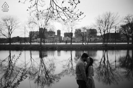 Il vero amore impegno poste ritratto presso il fiume Charles a Boston catturare la giovane futura sposa e lo sposo di fronte al fiume charles