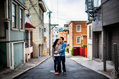 Séance de portraits avant le mariage True Love à San Francisco montrant un couple dans une rue de la ville et tout seul