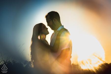 True Love Engagement Portrait Session dans Marechal Deodoro montrant un couple embrassant au coucher du soleil