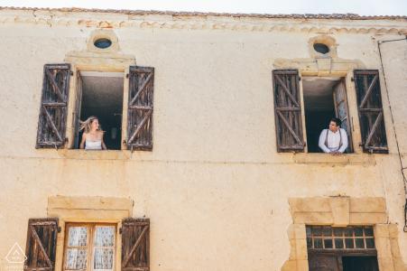 E-session de couple de France à Marciac les montrant se regardant par la fenêtre