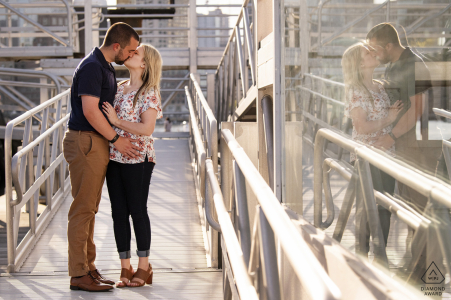 Seaport, Boston coppia e-session che si bacia con il riflesso nella finestra
