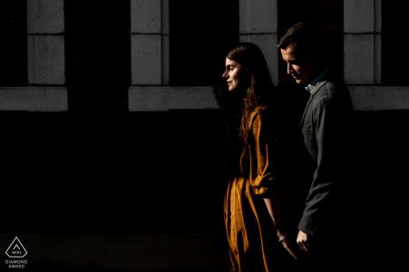 Un couple du Parc des Ulysses e-shoot en plein soleil pour une photo de fiançailles avant le mariage à Paris