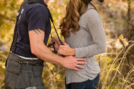 Bellvue, Colorado couple e-session alors que la mariée joue timidement avec le fiancé du pompier
