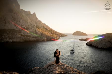E-shoot couple marseillais à l'heure d'or en bord de mer