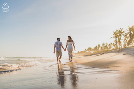 Marechal Deodoro couple e-session face à la mer marchant sur le sable de la plage d'AL