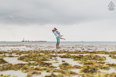 Maceio couple e-session in front of the sea with a romantic lifting hug