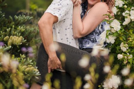 Les futurs mariés de Chicago se posent pour une image de fiançailles au Garfield Park Conservatory