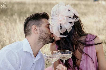 Les futurs mariés de Rimini, assis pour un toast au champagne avant le mariage à la campagne, lors d'une séance de fiançailles
