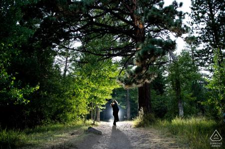 Les futurs mariés du Nevada, modélisant pour une photo de pré-mariage de la forêt de Galena qui est rétroéclairée avec un bel ascenseur