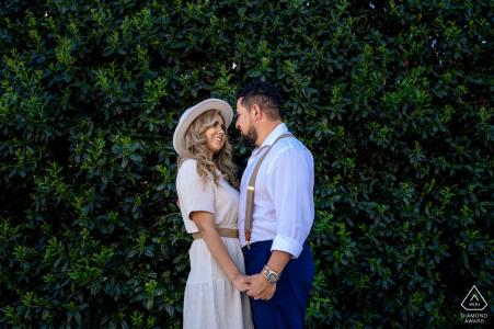Les futurs mariés de Knoxville, mannequin pour une photo de pré-mariage de Volunteer Park avec un look romantique en plein milieu du parc