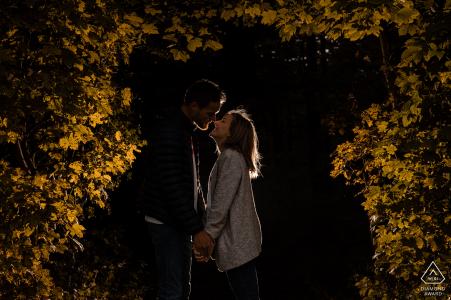 Les futurs mariés de la Meuse se posent pour une image de fiançailles aux Buttes Montsec avec un peu d'amour jaune allumé