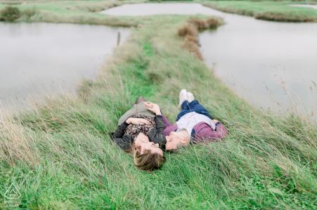 Les futurs mariés des Sables d'Olonne se reposent pour une séance de fiançailles pré-mariage vendéenne avec le couple allongé dans les marais salants