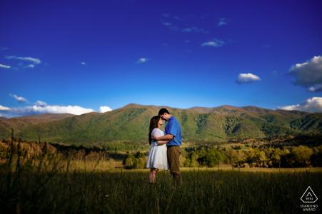 Les futurs mariés d'Asheville se posent pour une image de fiançailles des Great Smoky Mountains par le photographe de Caroline du Nord.