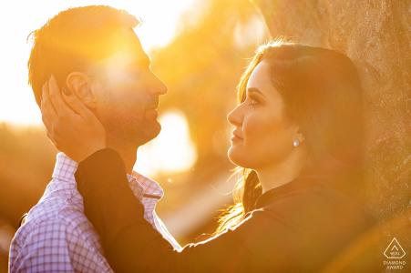 Jataí futurs mariés, se postant pour une image de fiançailles à Pontal do Urutau dans la chaleur du soleil se baignant