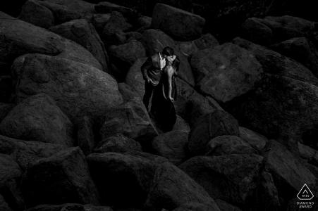 Monjeau Lookout, couple environnemental Ruidoso séance photo pré mariage dans les roches noires de Ruidoso