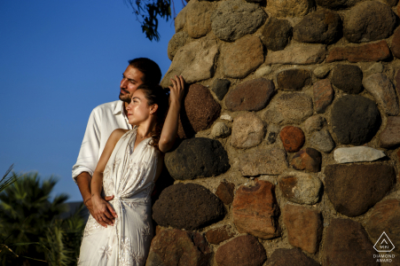 Outdoor Urla, Izmir couple portrait photographie de fiançailles contre un mur de pierre au chaud soleil